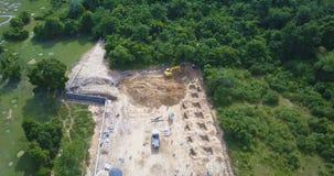 Vista aérea del emplazamiento de la obra con el cavador de trabajo almacen de video