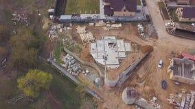 Vista aérea del emplazamiento de la obra en curso, piso del sótano del área industrial de la cabaña futura clip Vista superior de metrajes