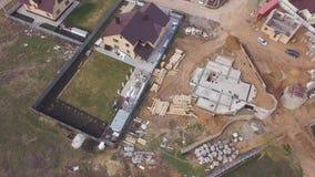 Vista aérea del emplazamiento de la obra en curso, piso del sótano del área industrial de la cabaña futura clip Vista superior de almacen de video