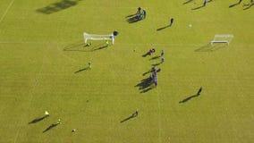 Vista aérea del entrenamiento del fútbol al aire libre Entrenamiento juguetón de la gente para el partido metrajes