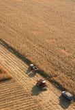Vista aérea del eqipment de la granja en campo de maíz Fotografía de archivo