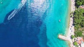 Vista aérea del esquí del jet que deja el rastro de la espuma mientras que entra en la bahía almacen de metraje de vídeo