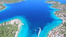 Vista aérea del esquí del jet que deja el rastro de la espuma mientras que se acerca a la playa metrajes