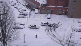Vista aérea del estacionamiento al lado de la comisaría de policías almacen de metraje de vídeo
