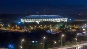 Vista aérea del estadio y del complejo de Luzhniki del timelapse del tejado, Moscú, Rusia en la noche metrajes