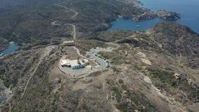 Vista aérea del faro encima de la colina rocosa almacen de video
