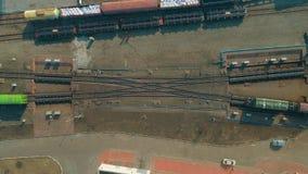 Vista aérea del ferrocarril Paseos brillantes en los carriles, visión superior del tren del color Vuelo sobre pistas de ferroca metrajes