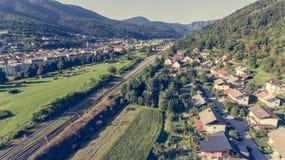 Vista aérea del ferrocarril que corre a través de una ciudad Imagenes de archivo