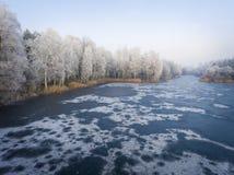 Vista aérea del fondo del invierno con un bosque nevado Fotos de archivo libres de regalías