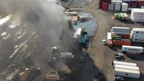 Vista aérea del fuego Philadelphia Marine Terminal del envase almacen de video
