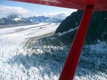 Vista aérea del glaciar que fluye Imagenes de archivo