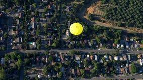 Vista aérea del globo del aire caliente metrajes