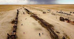 Vista aérea del gran cementerio del tren en Uyuni en Bolivia almacen de video