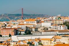 Vista aérea del horizonte céntrico de Lisboa de la ciudad y los 25 históricos viejos de Abril Bridge 25ta April Bridge Fotografía de archivo