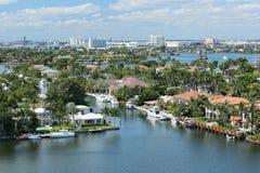 Vista aérea del horizonte de Fort Lauderdale, de los hogares de la costa y de los canales intracosteros Imágenes de archivo libres de regalías