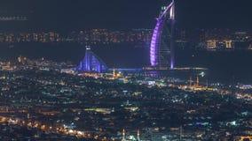 Vista aérea del horizonte de la ciudad de Dubai en la noche con el timelapse árabe iluminado del hotel del al del burj almacen de metraje de vídeo