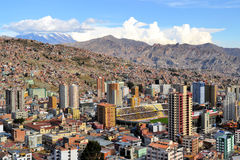 Vista aérea del horizonte de La Paz con el estadio Fotos de archivo