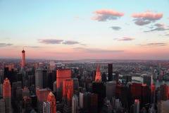 Vista aérea del horizonte de Nueva York bajo luz del sol de la oscuridad Imagen de archivo