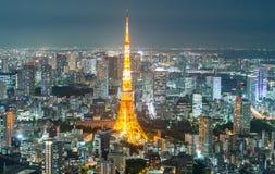 Vista aérea del horizonte de Tokio una torre en la noche Foto de archivo libre de regalías