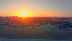 Vista aérea del horizonte en la puesta del sol de la playa de Malvarrosa en Valencia españa almacen de video