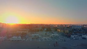 Vista aérea del horizonte en la puesta del sol de la playa de Malvarrosa en Valencia españa almacen de metraje de vídeo