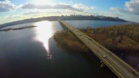Vista aérea del horizonte grande de la ciudad, tráfico del puente, parque agradable metrajes