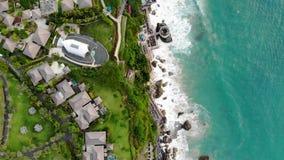 Vista aérea del hotel de lujo y del chalet privado en Bali almacen de metraje de vídeo