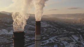 Vista aérea del humo que sube de la chimenea de una caldera del carbón Panorama circular metrajes