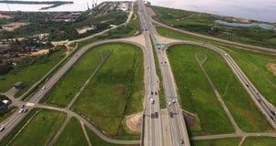 Vista aérea del intercambio de la carretera de la ciudad urbana moderna almacen de video