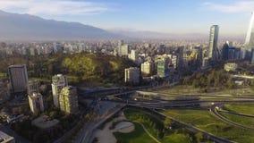 Vista aérea del jungtion del camino y de la colina de Manquehue del parque bicentenario de Vitacura en un día claro en capital ch almacen de metraje de vídeo