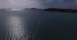 Vista aérea del kitesurfer que se desliza a través del océano azul, cantidad extrema 4K del abejón del deporte almacen de video