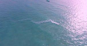 Vista aérea del kitesurfer que se desliza a través del océano azul, cantidad extrema 4K del abejón del deporte almacen de metraje de vídeo