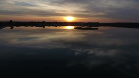Vista aérea del lago en la oscuridad almacen de video