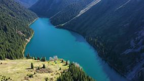 Vista a?rea del lago Kolsay, Kazajist?n almacen de metraje de vídeo