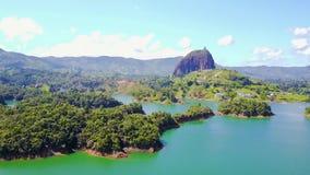 Vista aérea del lago del Penol en un día soleado Colombia almacen de metraje de vídeo