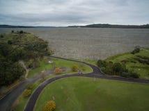 Vista aérea del lago reservoir de Cardinia y de alrededores rurales fotos de archivo libres de regalías