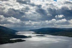 Vista aérea del lago Riddon en la península Argyll de Cowal y el Sc del Bute imagen de archivo