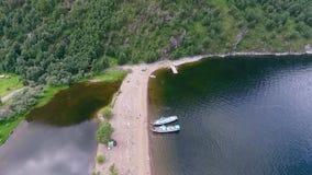 Vista aérea del lago Teletskoye, valle de Chulyshman La república de Altai, Rusia almacen de metraje de vídeo