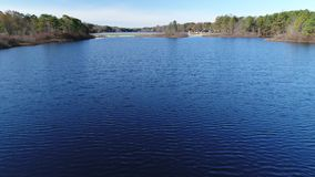 Vista aérea del lago y de la presa almacen de metraje de vídeo