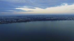Vista aérea del lago y de las ciudades almacen de metraje de vídeo