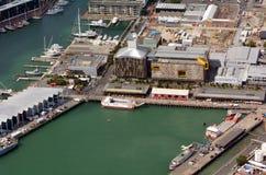 Vista aérea del lavabo del viaducto en la costa de Auckland Fotografía de archivo