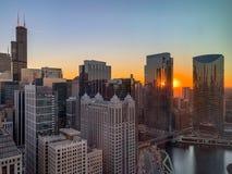 Vista aérea del lazo y del río Chicago de Chicago durante puesta del sol foto de archivo
