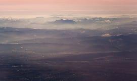 Vista aérea del macizo de Ceahlau en rumano Cárpatos foto de archivo