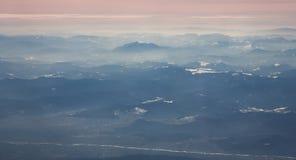 Vista aérea del macizo de Ceahlau y de montañas circundantes en rumano Cárpatos imágenes de archivo libres de regalías