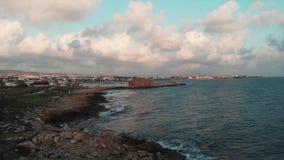 Vista aérea del mar Mediterráneo con la trayectoria peatonal, el puerto deportivo y ruinas verdes hermosos de la fortaleza en el  almacen de metraje de vídeo