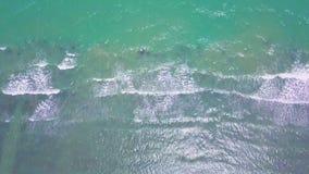 Vista aérea del mar tropical de la turquesa baja con las ondas metrajes