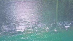 Vista aérea del mar tropical de la turquesa baja con las ondas almacen de video