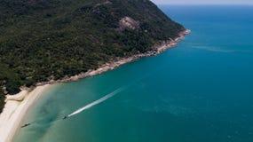 Vista aérea del mar tropical del azul del claro de la isla Fotografía de archivo
