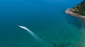 Vista aérea del mar tropical del azul del claro de la isla Imágenes de archivo libres de regalías