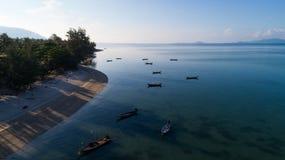 Vista aérea del mar tropical del azul del claro de la isla Fotos de archivo libres de regalías